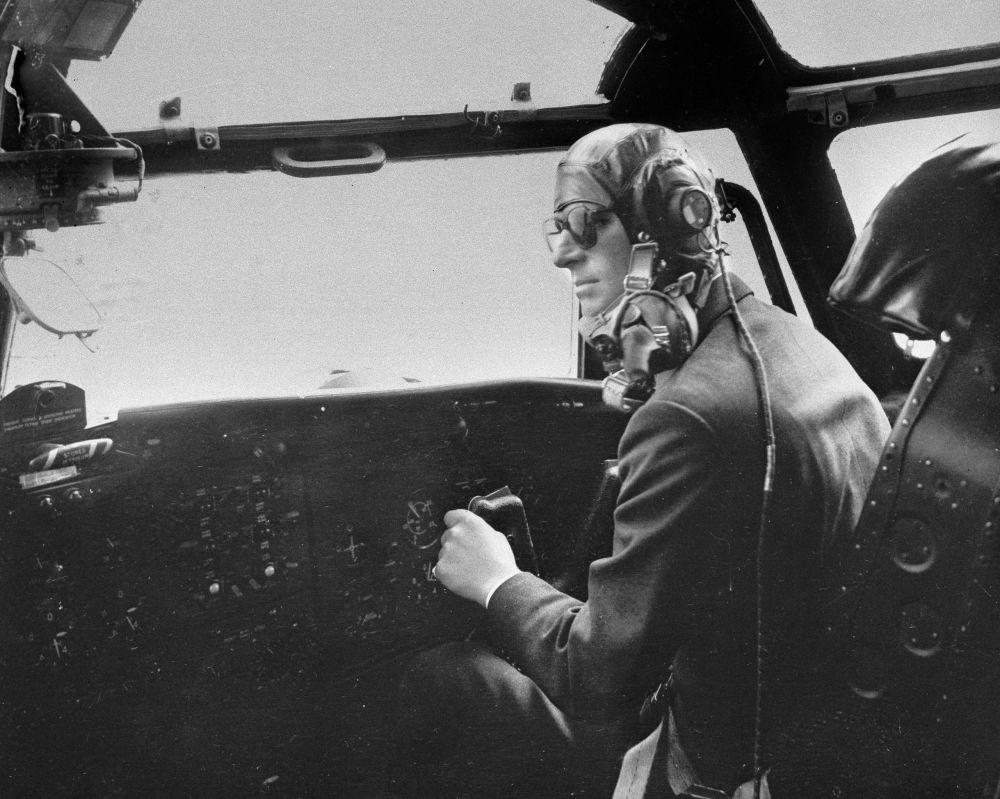 菲利普親王駕駛布萊克本號飛機留影。