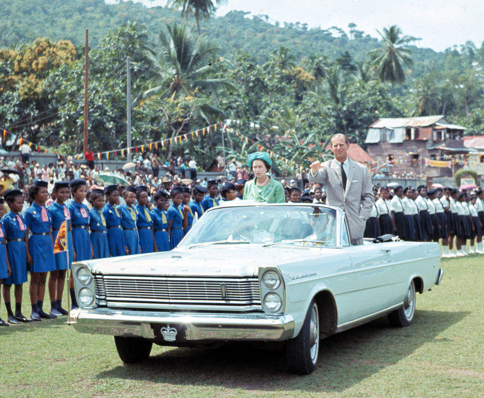 1966年,英國女王伊麗莎白二世與菲利普親王參加兒童節活動留影。