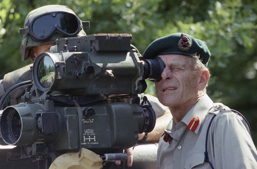1991年,菲利普親王操作「陶」式反坦克導彈觀察。