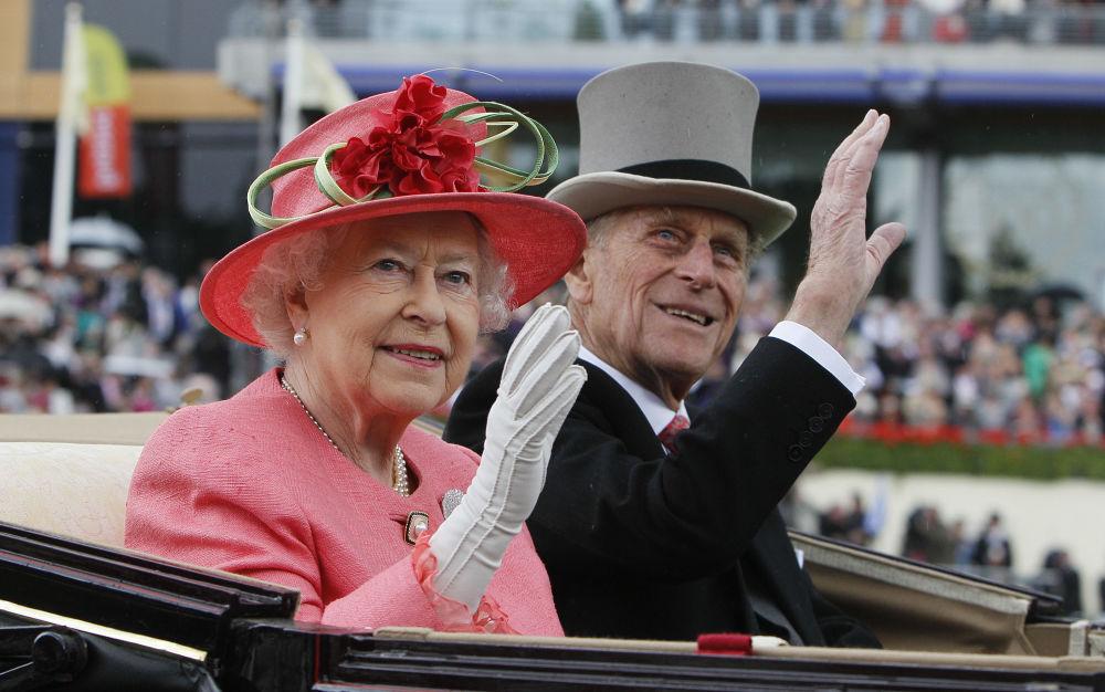 英國女王伊麗莎白二世與菲利普親王在阿斯科特留影。