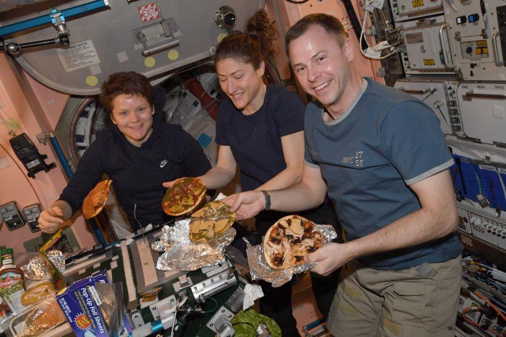 國際空間站艙內的食品加熱機。