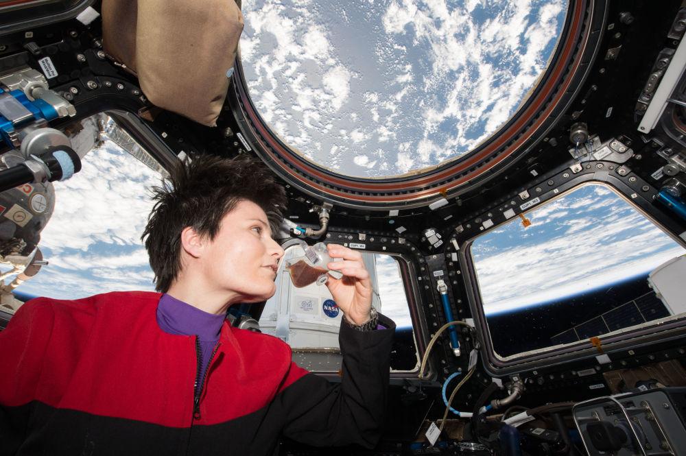 意大利航天員薩曼塔·克里斯托夫雷蒂在國際空間站艙內品嘗熱飲咖啡。