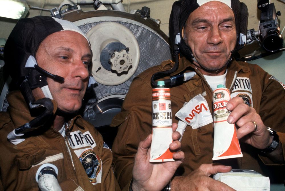 美國宇航員托馬斯·斯塔福德與唐納德·迪克在「聯盟」號空間站品嘗蘇聯太空食品。