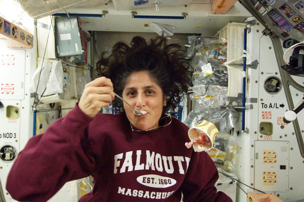 美國航天員威廉姆斯在國際空間站艙內。