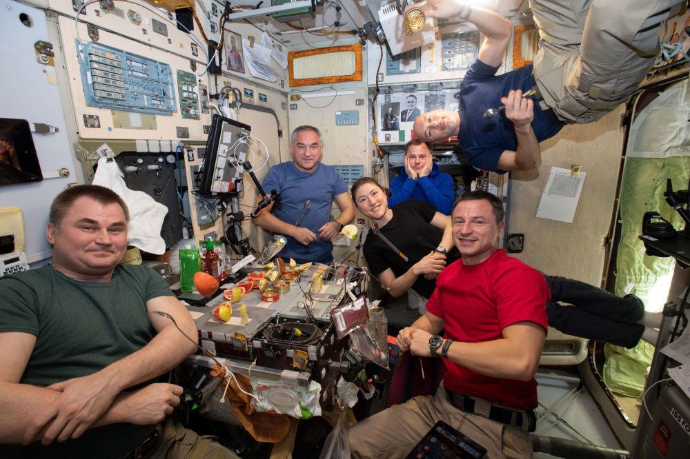 國際空間站第60次飛行組員在艙內聚餐。