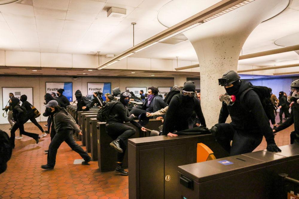 明尼蘇達州抗議者在地鐵站聚集示威。
