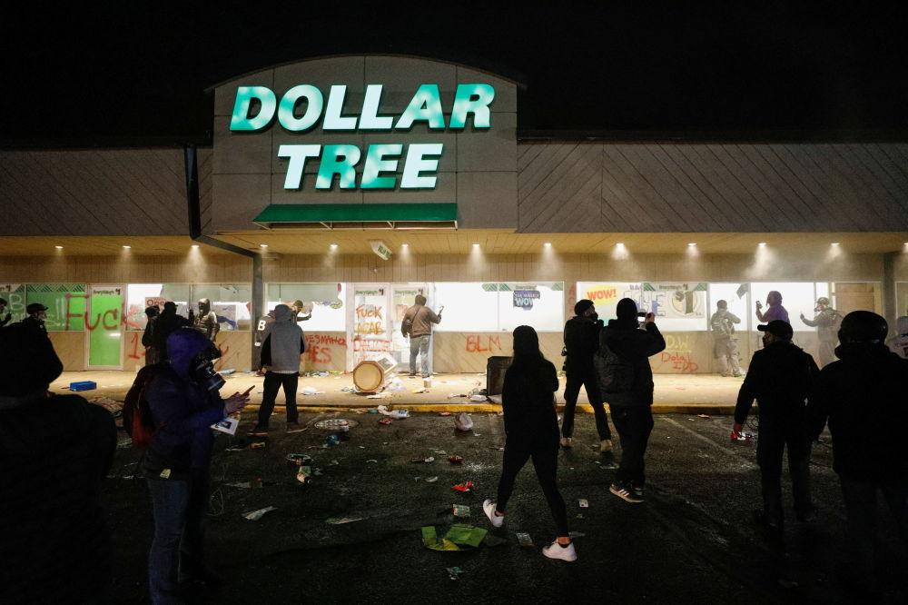 明尼蘇達州抗議者在超市外聚集抗議。