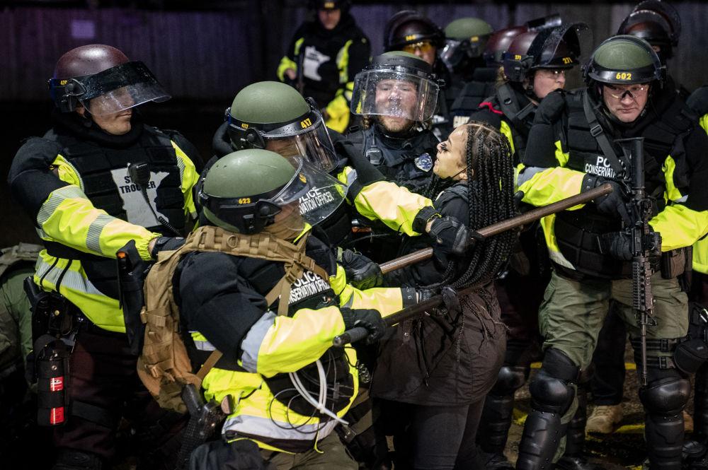 明尼蘇達州警方拘捕抗議示威民眾。