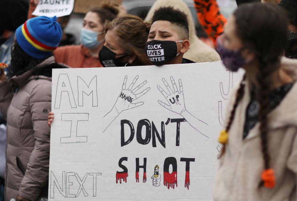 明尼蘇達州抗議者在布魯克林中心警察局外聚集抗議。
