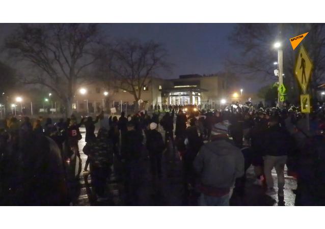 煙花!催淚瓦斯!美國布魯克林中心地區持續騷亂。