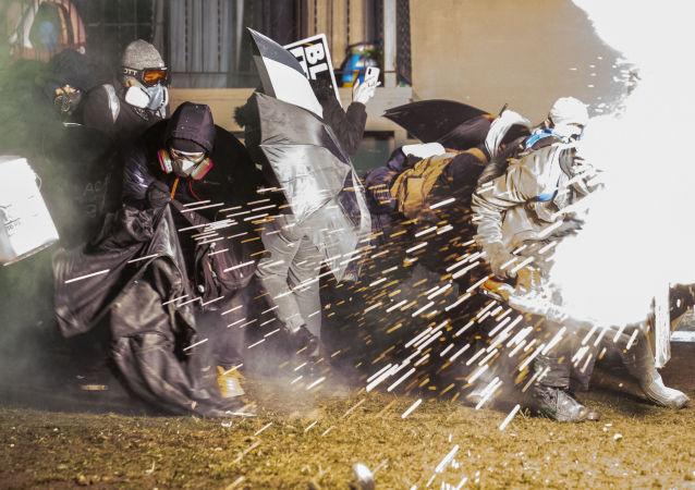 美國警方在布魯克林中心使用震爆彈和催淚瓦斯驅散示威者