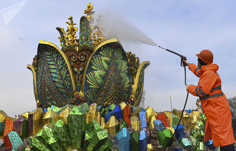 莫斯科市國民經濟成果展覽館主噴泉清潔工作。