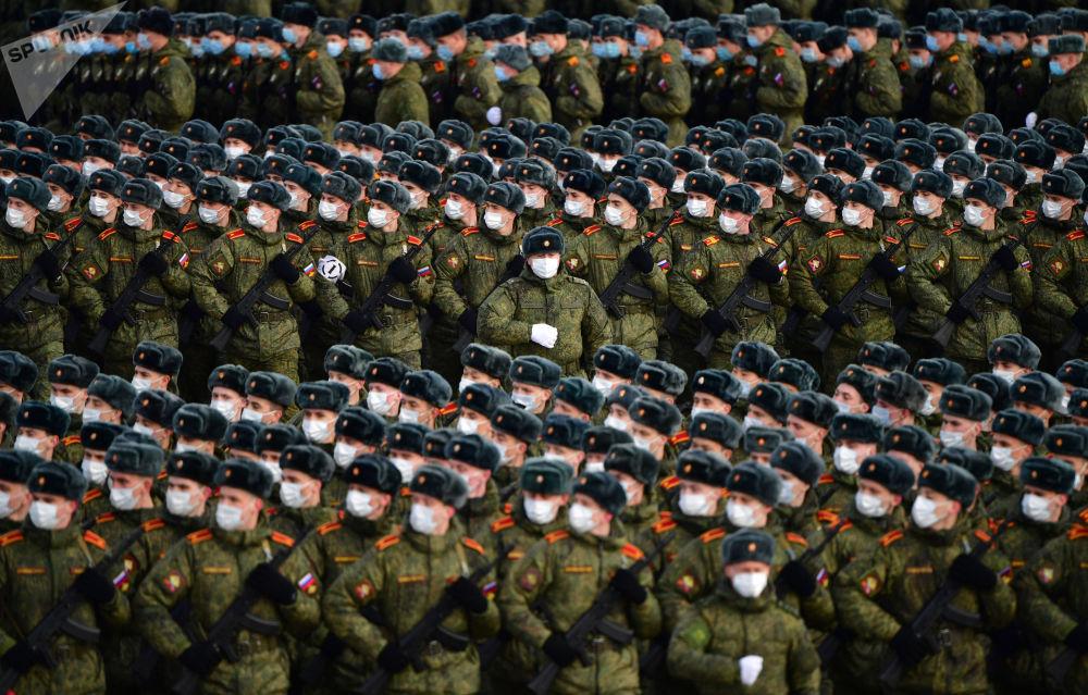 阿拉比諾靶場舉行勝利日閱兵式彩排。