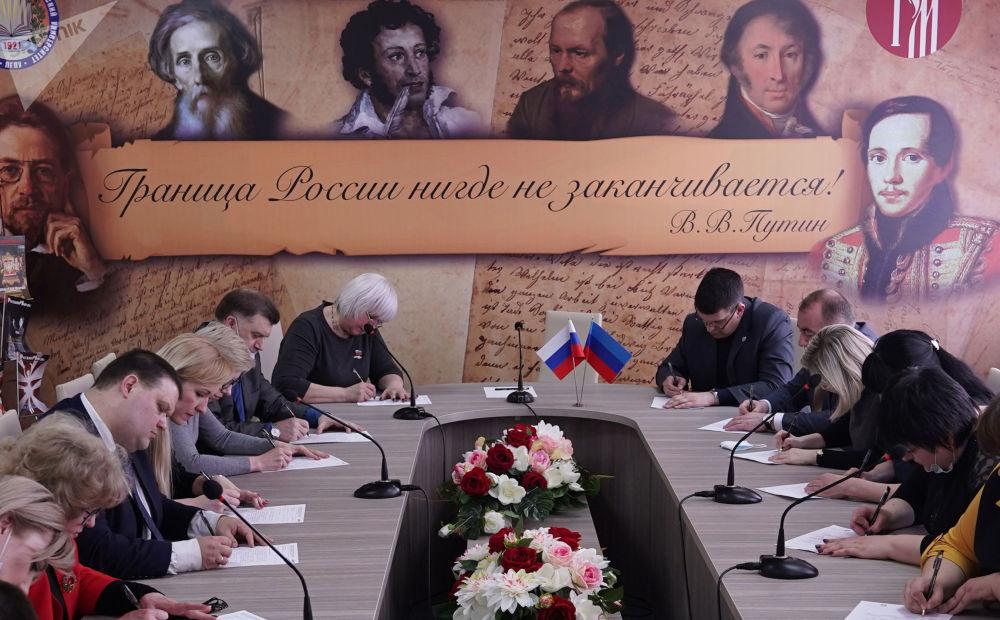 盧甘斯克市共和國教育發展中心開展「全民聽寫-2021」俄語測試活動。