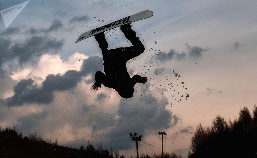 聖彼得堡市舉行Red Bull Jump & Freeze滑雪跳冰洞比賽。