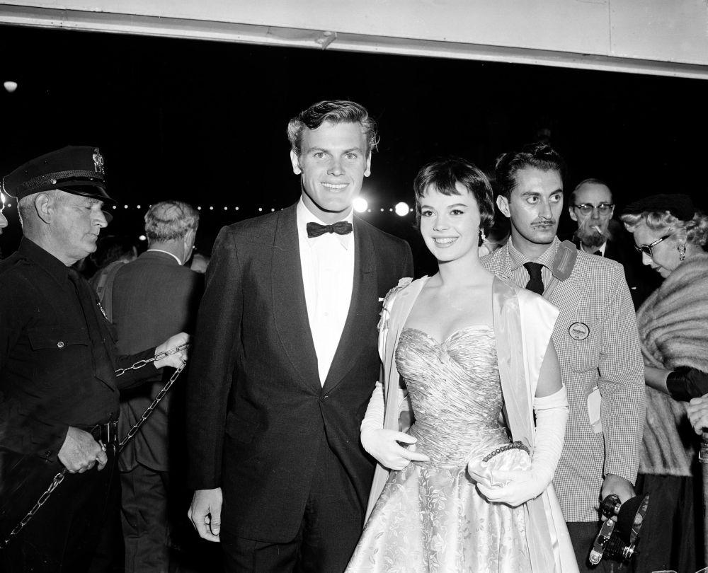 泰布·亨特與娜塔莉·伍德參加1956年奧斯卡金像獎頒獎典禮。