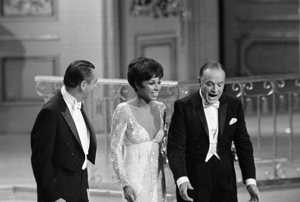 鮑勃·霍普、女演員黛安·卡羅爾和演員麥克唐納·凱利參加1968年奧斯卡金像獎頒獎典禮。