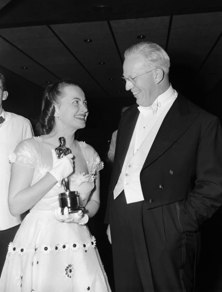 加州州長沃倫與奧利維亞·德哈維蘭參加1950年奧斯卡金像獎頒獎典禮。