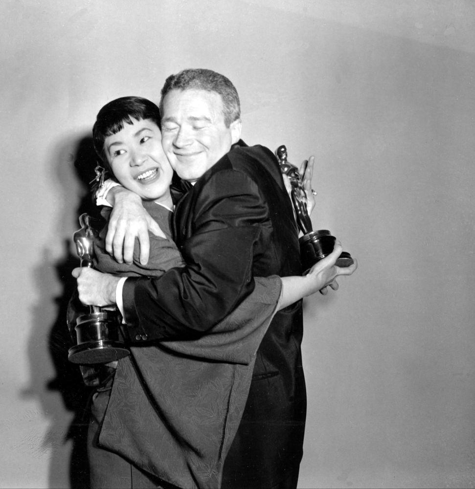 梅木三吉與雷德·巴頓斯參加1958年奧斯卡金像獎頒獎典禮。