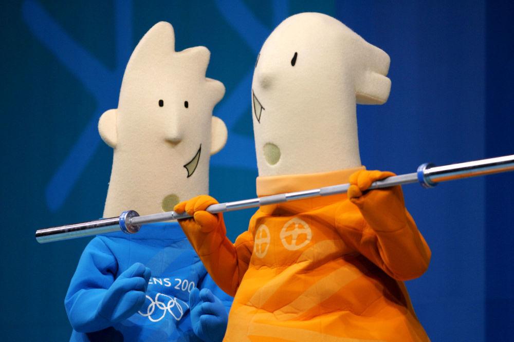 2004年希臘雅典奧運會吉祥物雅典娜(圖右)和費沃斯。