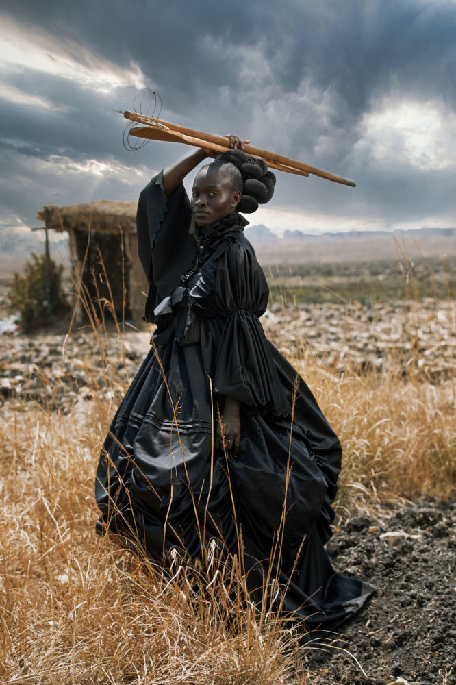 津巴布韋攝影師塔瑪莉•庫迪塔憑借作品《African Victorian》,成為2021年索尼世界攝影大賽年度公開攝影師。