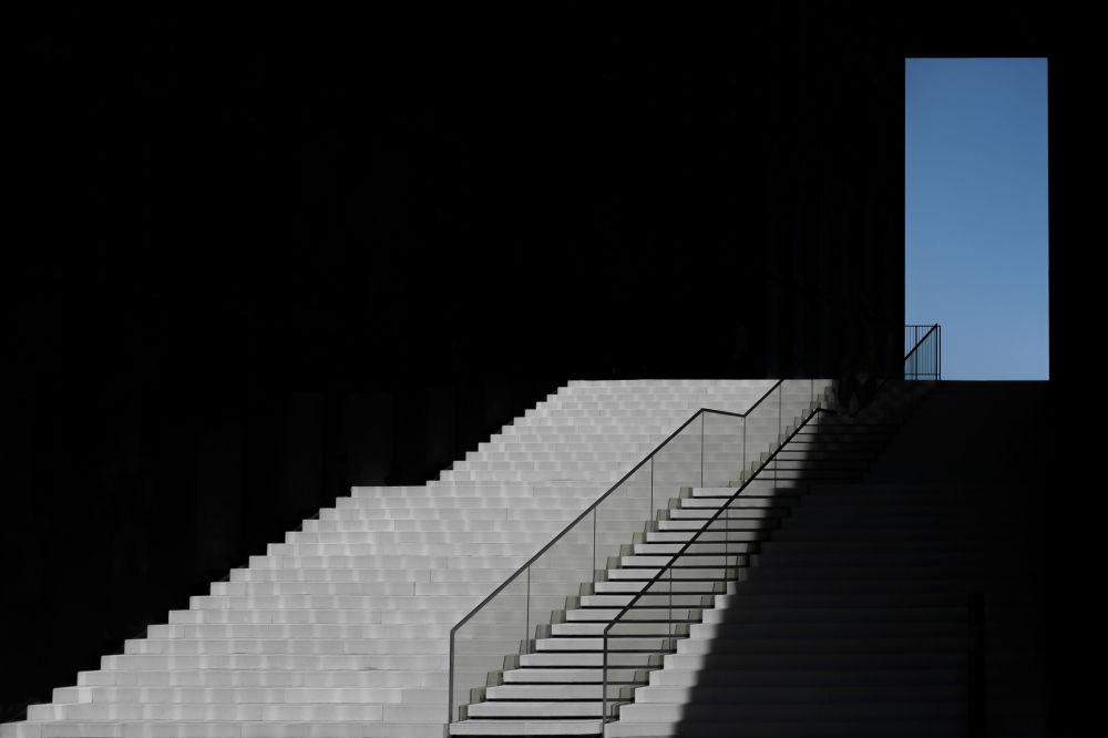 德國攝影師克勞斯•倫岑拍攝的作品《The Blue Window》,獲得公開組建築類別獎項。