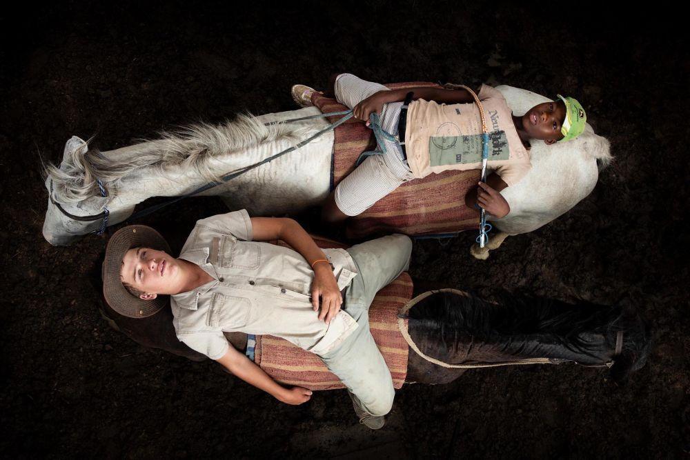 南非攝影師科恩拉德•海因茨•托爾拉奇憑借作品《HW and Olwethu after a long day herding cattle on horses》,成為2021年索尼世界攝影大賽年度學生攝影師。