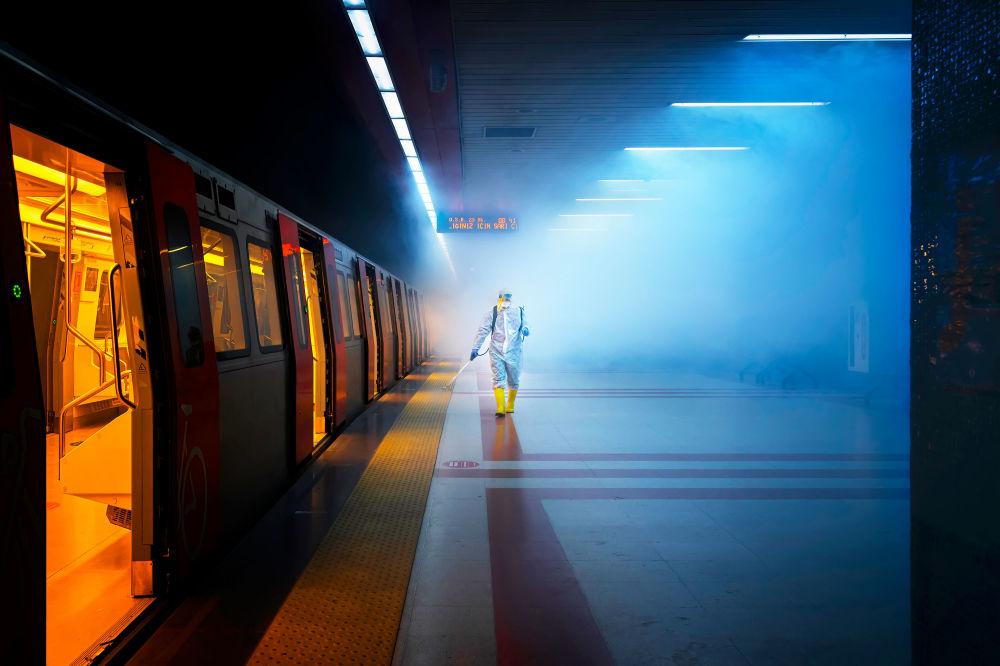 土耳其攝影師F•迪萊克•烏亞爾拍攝的作品《Disinfection》,獲得公開組街拍類別獎項。
