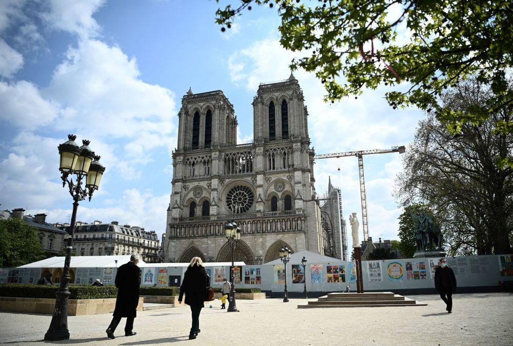 行人從巴黎聖母院前走過。