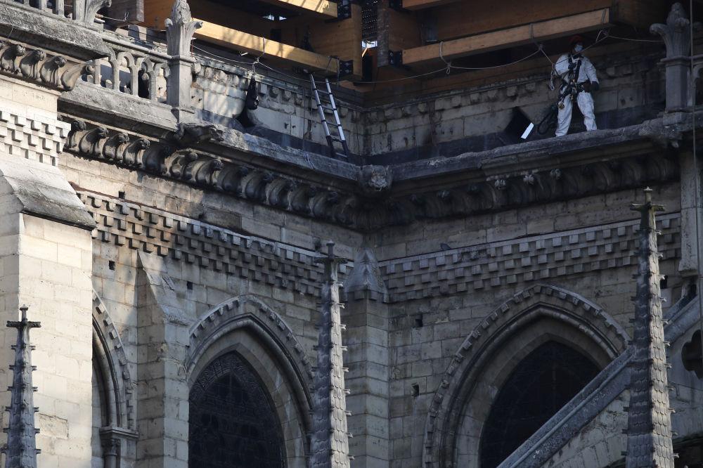 修復巴黎聖母院的工人。