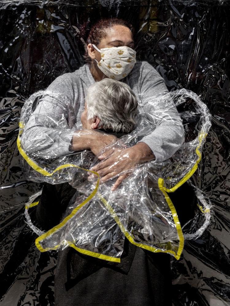 丹麥攝影師麥德斯•尼森拍攝的《第一次擁抱》,獲得一般新聞類第一名。