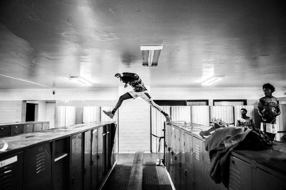 加拿大攝影師克里斯•多諾萬拍攝的《留下來的將是冠軍》系列作品,獲得體育類第一名。