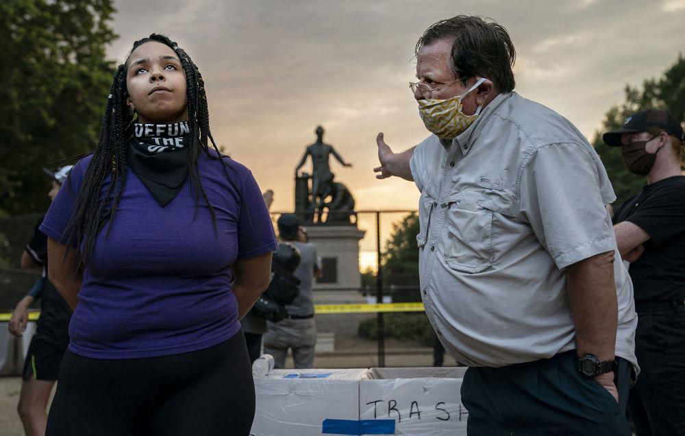 美國攝影師伊夫琳•霍克斯坦拍攝的《解放碑前的辯論》,獲得體育新聞類第一名。