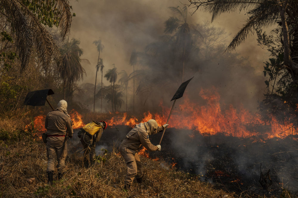 巴西攝影師拉洛•德•阿爾梅達拍攝的《貝魯特港口爆炸》系列作品,獲得環境類第一名。