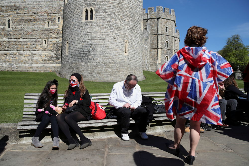 已故菲利普親王葬禮當天,人們坐在溫莎城堡附近。