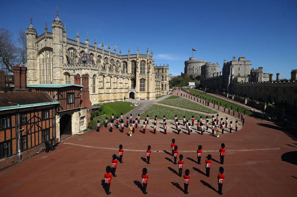 已故菲利普親王葬禮當天,士兵們在溫莎城堡聖喬治教堂附近守衛。