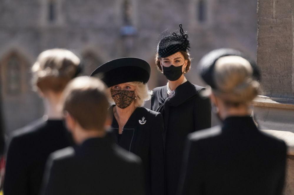 康沃爾公爵夫人卡米拉和劍橋公爵夫人凱瑟琳在已故菲利普親王的葬禮上。
