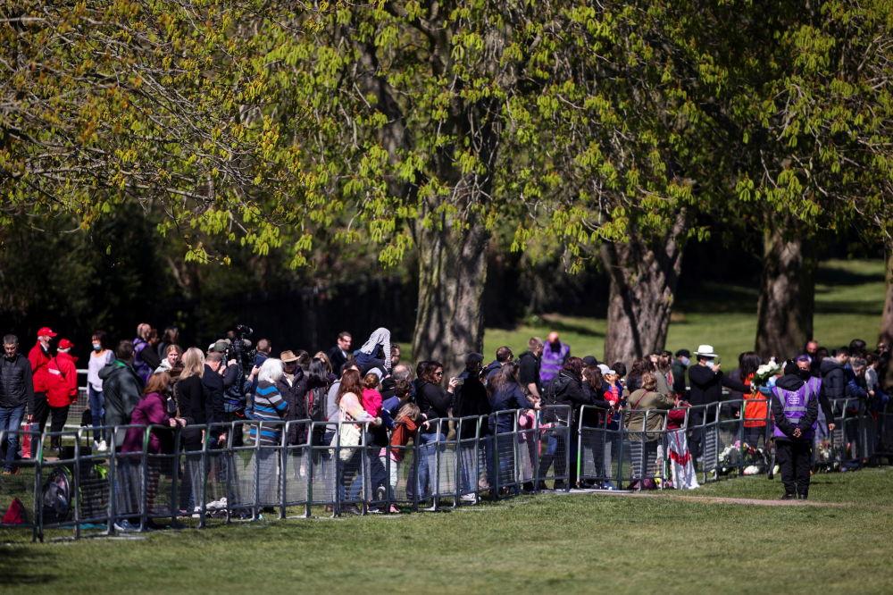 已故菲利普親王葬禮當天,民眾在英國溫莎城堡外聚集,為已故菲利普親王送葬