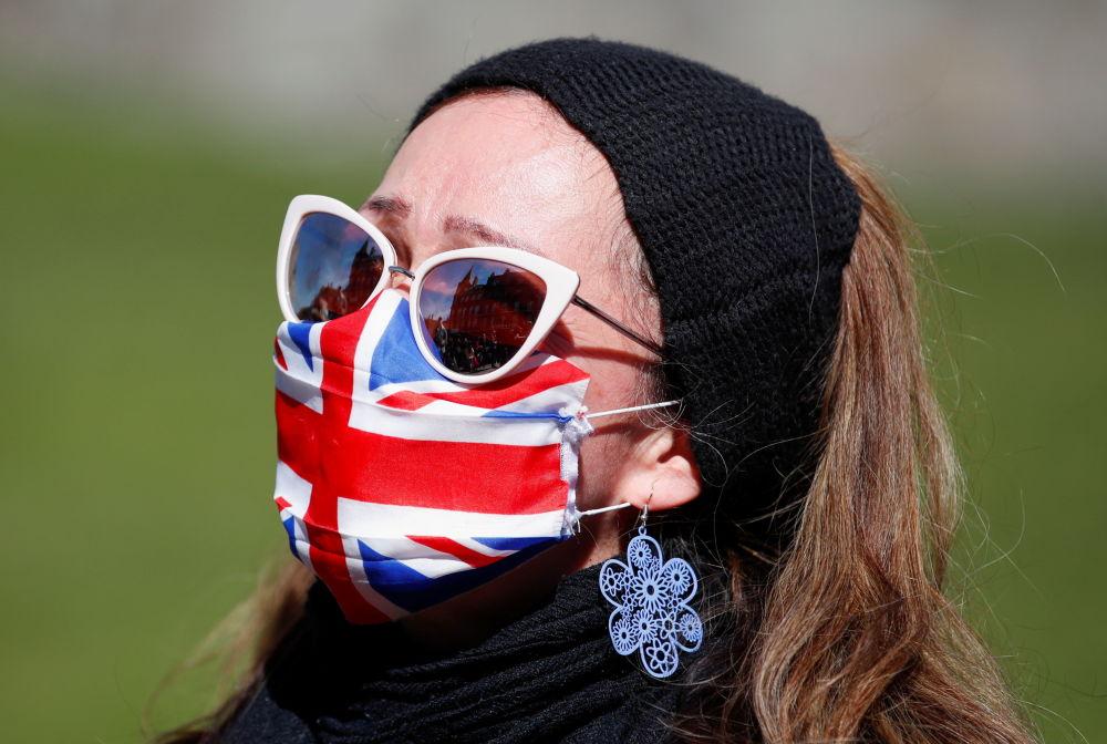 已故菲利普親王葬禮當天,溫莎城堡附近戴口罩的女子。