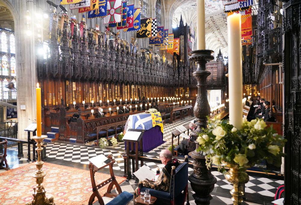 溫莎城堡聖喬治教堂里,已故菲利普親王葬禮上的王室成員。