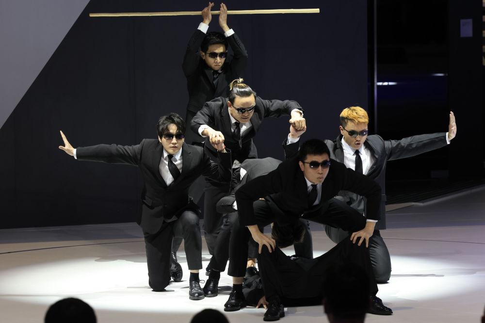 上海國際車展上的演員們。