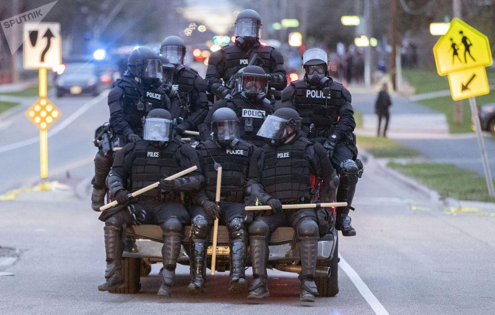 明尼蘇達州抗議活動中的警察。