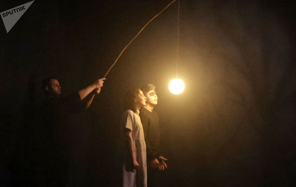 俄羅斯模範青年劇院裡上演戲劇《瓦西里薩》。