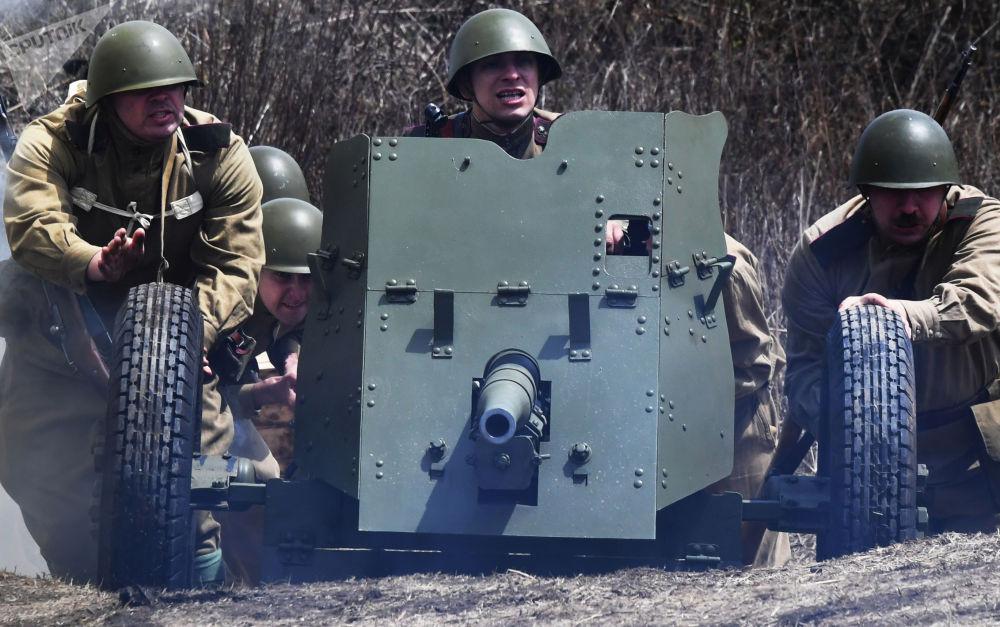 符拉迪沃斯托克俄羅斯島上再現「澤洛高地之戰」。