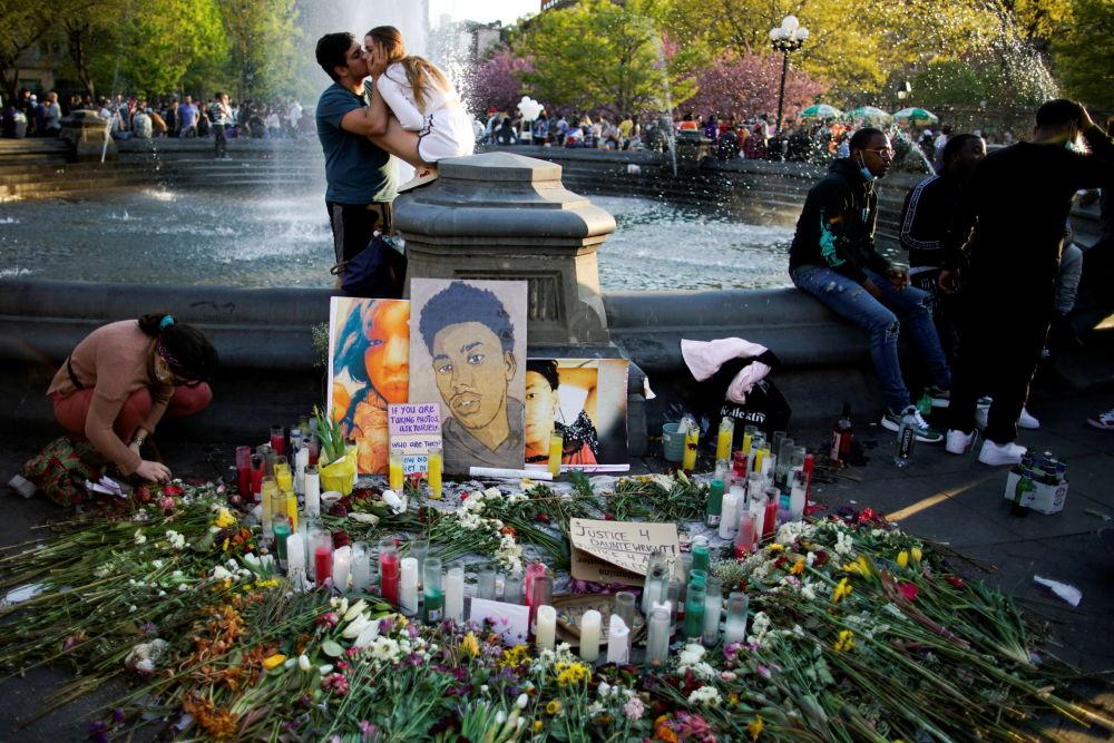 紐約,對前警察肖萬作出判決後,美國非裔男子唐特•賴特畫像附近的鮮花和蠟燭。