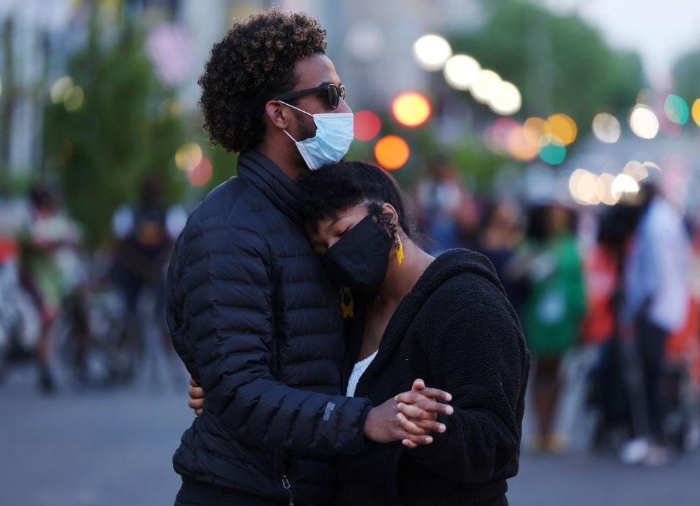 華盛頓,一男一女得知對前警察肖萬的判決後擁抱。