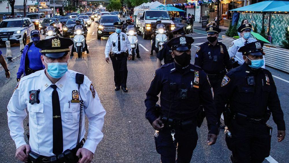 對前警察肖萬作出判決後,紐約街上的警察。