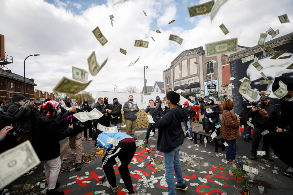 明尼阿波利斯,人們得知對前警察肖萬作出的判決後,將美元拋向空中。