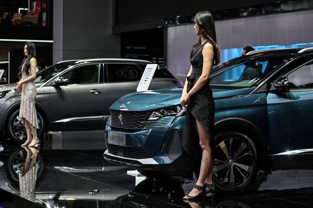 第19屆上海國際車展標誌汽車旁的車模。