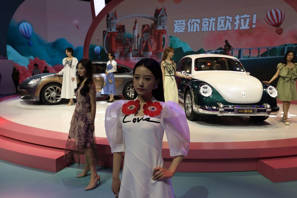 第19屆上海國際車展中國品牌歐拉汽車旁的車模。